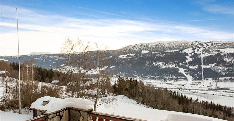 Stor skiferlagt terrasse med nydelige sol- og utsiktsforhold mot Kvitfjell skisenter og dalen.