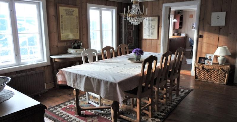 I stuen, mellom spisestuen og dagligstuen har du plass til en stor spisestue.