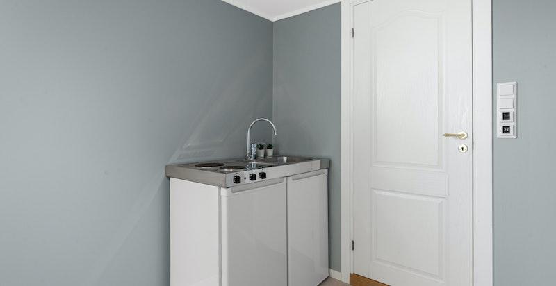 Stue i hybel med ny kjøkkenløsning