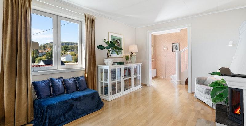 Rommet har store vindusflater som sørger for optimalt med lys