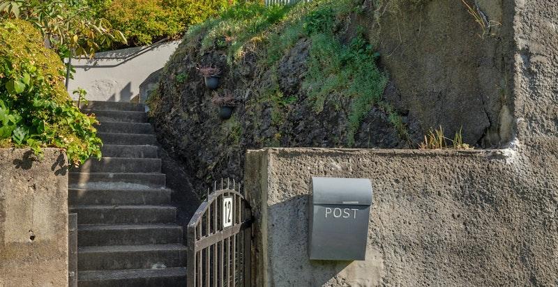 Huset har adkomst via trapp eller en stensatt stensatt gangvei