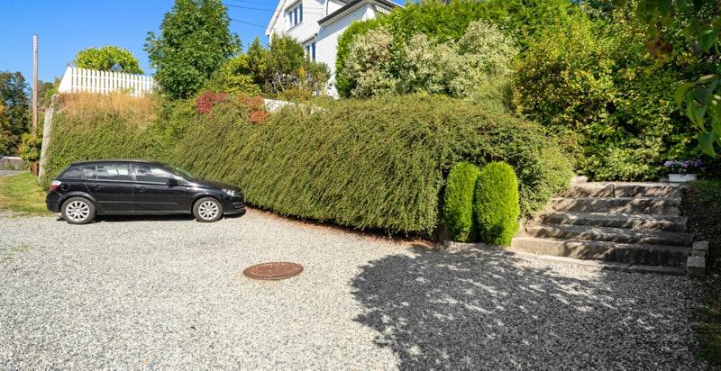 Parkering på egen gårdsplass ved veien