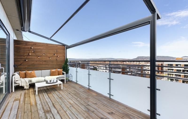 Romslig terrasse med god plass til stor sittegruppe