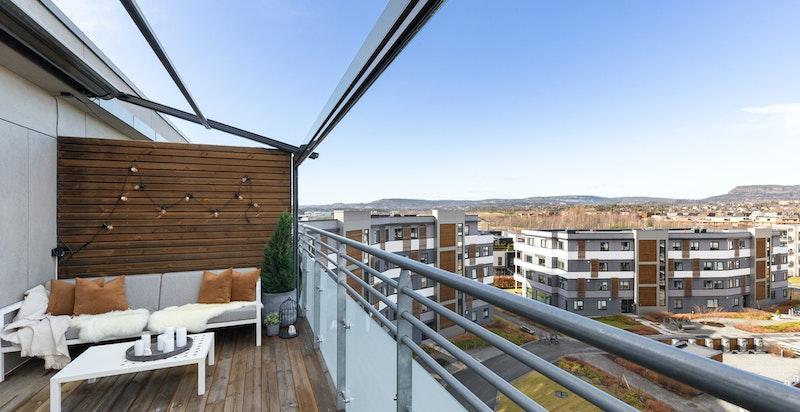 Solrik terrasse med hyggelig utsikt