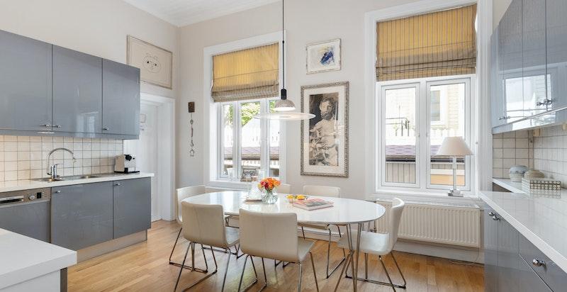 Stort kjøkken med spiseplass og nyere doble vinduer