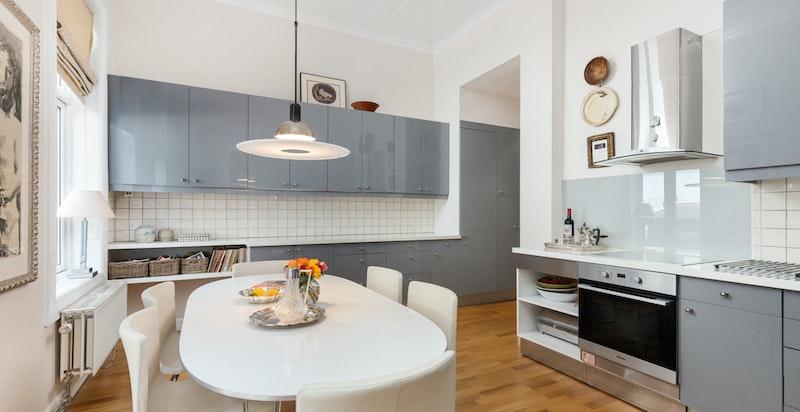Kjøkken - god skap- og benkeplass