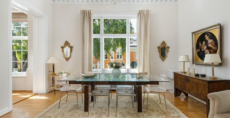 Vakker, klassisk leilighet med store rom og unik takhøyde på ca. 3,4 m