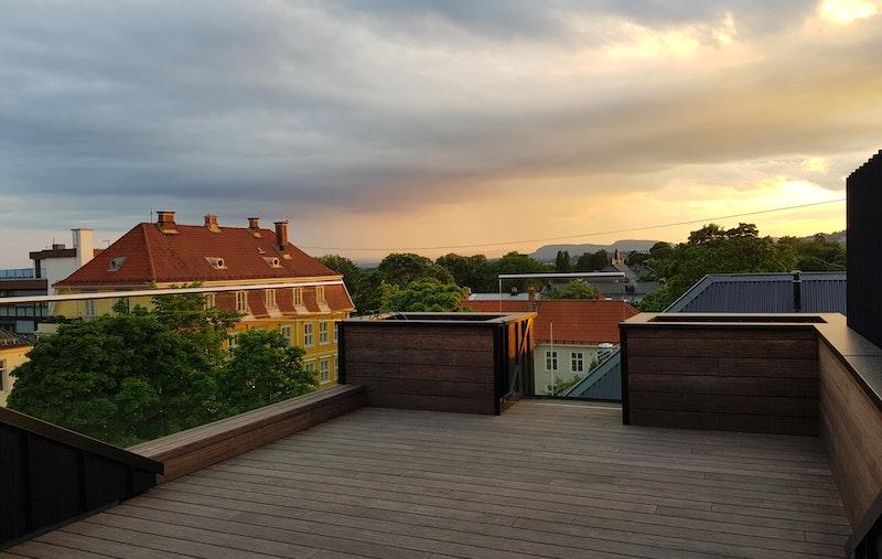 Solrik, stor takterrasse ca. 23 kvm med flott utsikt