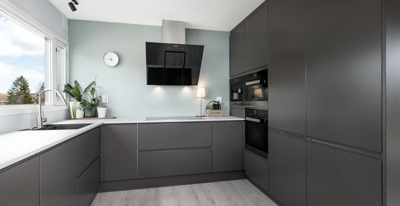 Moderne kjøkken med rikelig av benk- og oppbevaringsplass