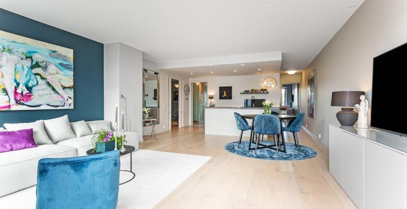 Stuen innover - god plass for både salong, medievegg og spisestue