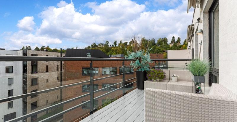 Romslig sydvendt balkong med sol fra morgen, via dagtid til ca kl 19 - 19.30 på den lyseste delen av året