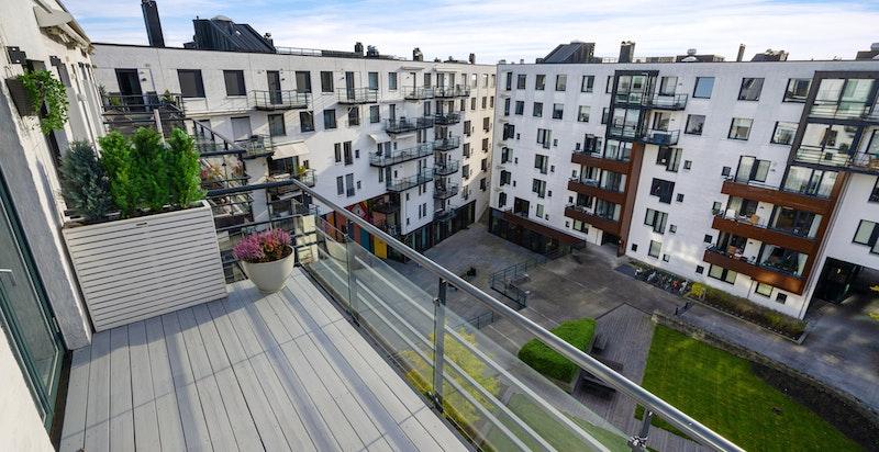 Fin plass for balkongmøbler og det er montert opp lektrisk markise og skjerm som kan trekkes ut mot eventuell vind.