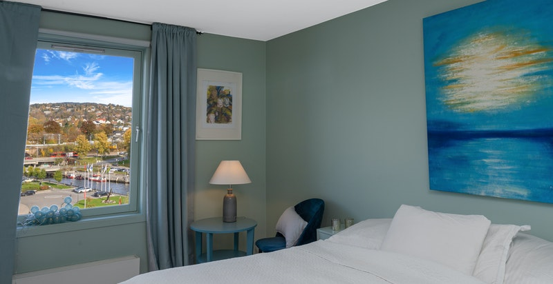 Hovedsoverom har god plass til både stor seng og rikelig med skap. God plass for sittekrok ved utsiktsvinduet