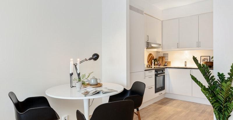 Kjøkken og plass for spisebord