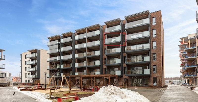 Fasade. Rød markering viser leilighetens beliggenhet i bygget.