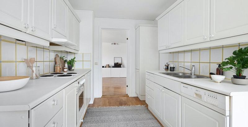 Norema kjøkkeninnredning fra byggeår med fronter i hvit profil