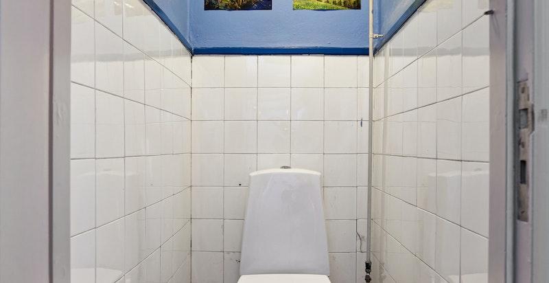 Separat toalett ved entré