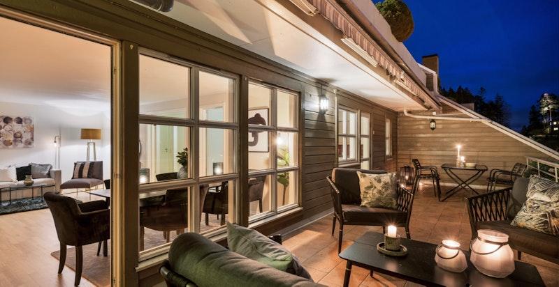 Stor balkong og store vindusflater mot stuen