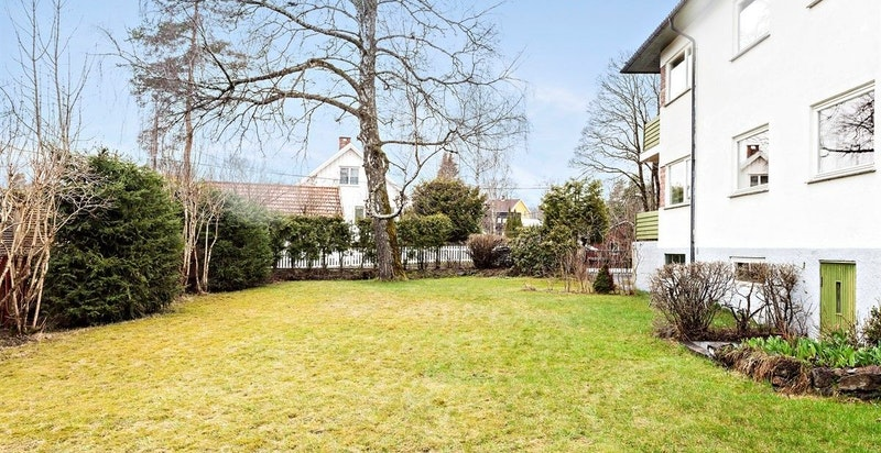 Sameiet består av 4 leiligheter. Store og flotte grøntarealer omkranser bygget. Parkering medfølger.