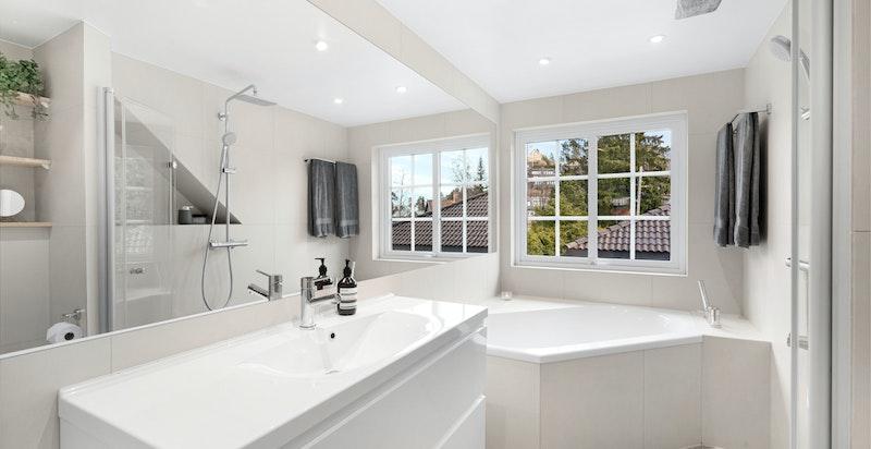 Tiltalende og romslig bad med både dusj og badekar, rommet ble pusset opp i 2016.