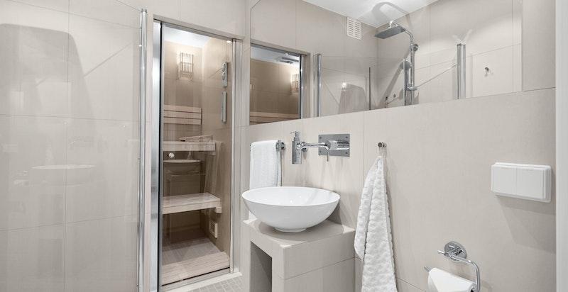 Bad i u-etg. rommet er innredet med dusjhjørne, servantinnredning, vegghengt klosett og badstue.
