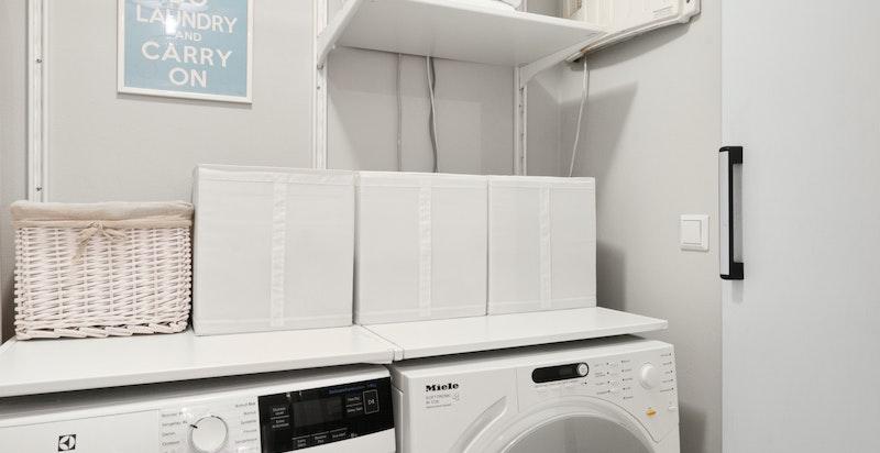 Praktisk vaskerom i underetasje med opplegg for vaskemaskin og tørketrommel.
