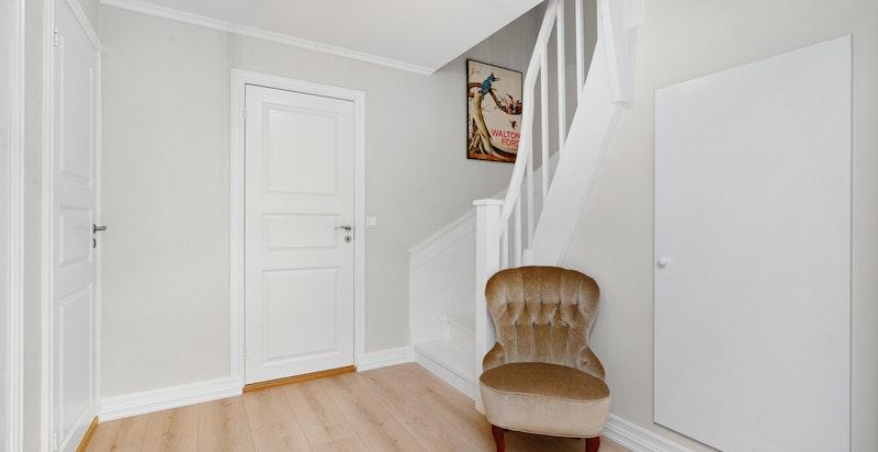 Trappe-hall nede med gode lagrings muligheter under trappen i eget bodrom