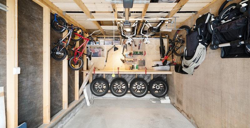 Garasje med smarte løsninger - praktisk oppheng for lagring etc.