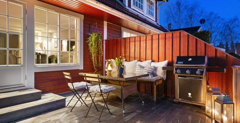 Romslig solrik terrasse med direkte tilgang til hage.