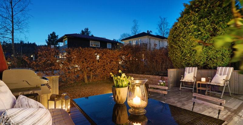 Terrassen har direkte adkomst til hyggelig hage - pent opparbeidet