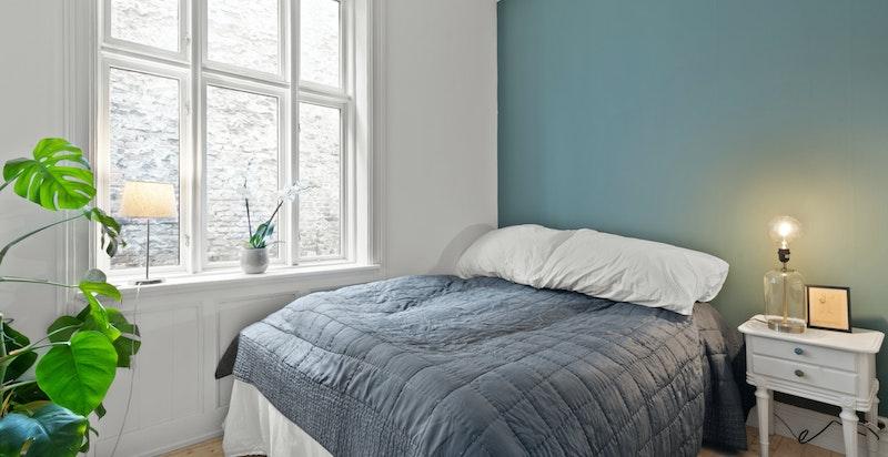 Romslig og meget hyggelig soverom med rosett og stukatur