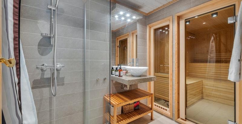 Dusjbad fra 2010 med dusjhjørne, servant med blandebatteri