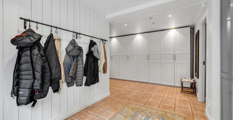 Hall/entré med rikelig garderobelagring