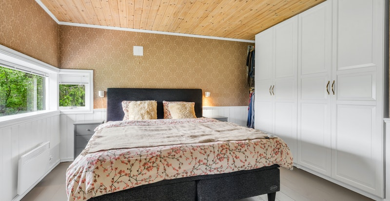 1. etasje rommer tre soverom og to bad. Hovedsoverommet har bad en suite