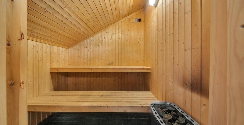 Det er badstue innenfor badet. Badstueovn fra 2019
