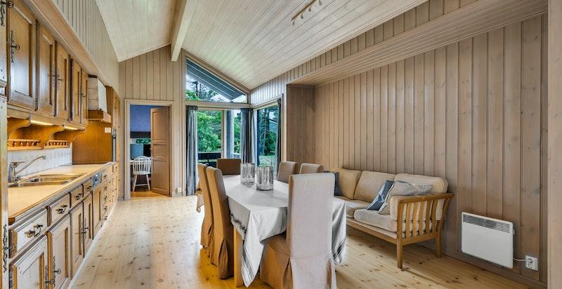 Spisekjøkken med peis og utgang til veranda