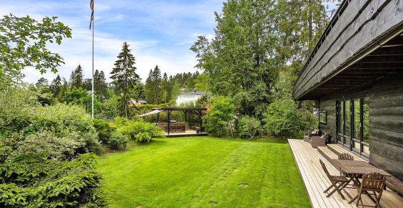Den store, flate og pent opparbeidet hagen er vestvendt og har meget gode solforhold