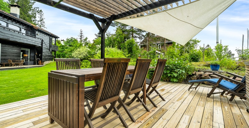 Nyslipte terrasseplattinger i 2020, innsatt med Sioox, et miljøvennlig behandlingsmiddel som beskytter terrassen bedre enn hva beis, olje og grønnsåpe gjør, og gir et vakkert sølvgrått utseende