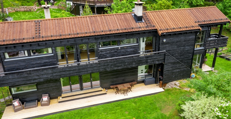 Huset er tegnet av den anerkjente arkitekten Stein Halvorsen og ble bygget i regi av selger
