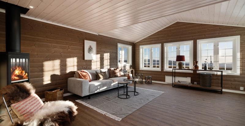 Inneholdsrik hytte med blant annet 3 soverom, stor stue med peis, romslig kjøkken, 2 bad, badstue og stor hems