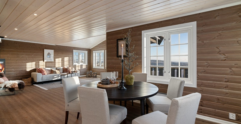Kjøkkenet er romslig og har god plass til stort spisebord