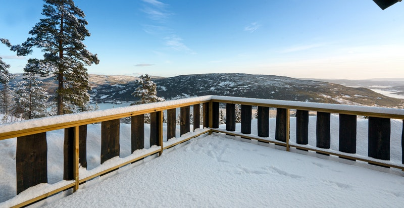 Stor og solrik terrasse med særdeles gode sol- og utsiktsforhold