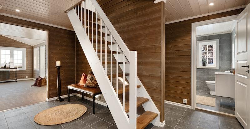 Det ene badet er praktisk plassert ved hall/entré