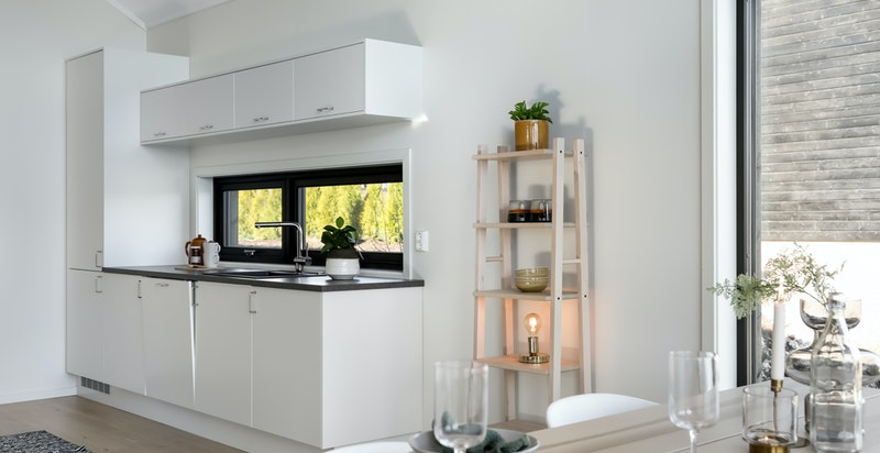 Kjøkkeninnredning fra Blum kjøkken med fronter i hvit laminat. Ventilator. Integrert induksjon platetopp,stekeovn, oppvaskmaskin, kjøl og frys