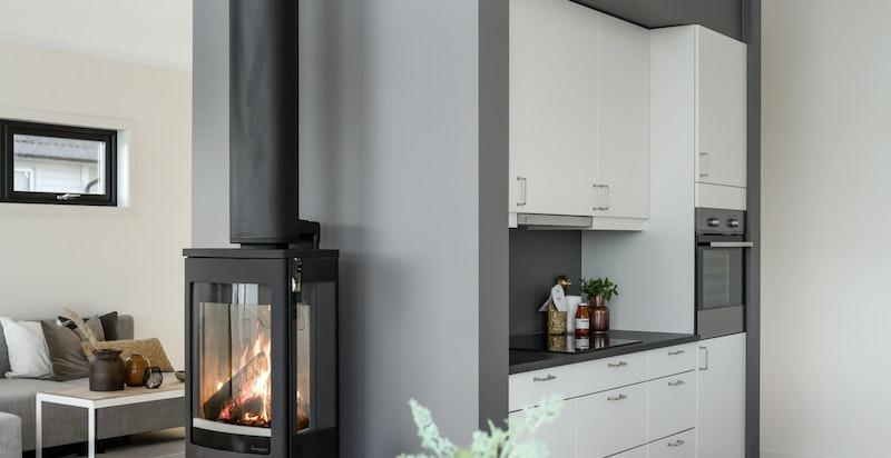 Kjøkkenet ligger i en åpen løsning mot spisestue og stue
