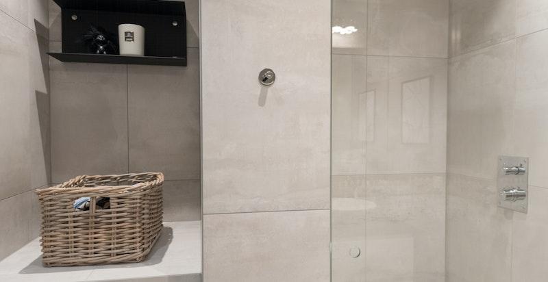 Vaskesøyle med plass til tørketrommel