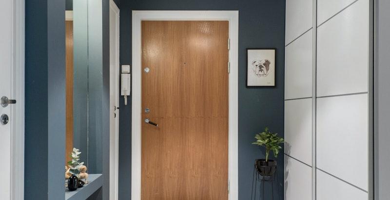 Romslig entré / hall med god garderobeplass