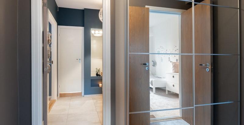 I entré og mellomgang er plass utnyttet maksimalt med næmere 6 meter skapplass fra vegg til tak.