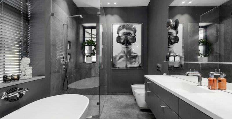 Stort bad med separt dusj og lekkert frittstående badekar