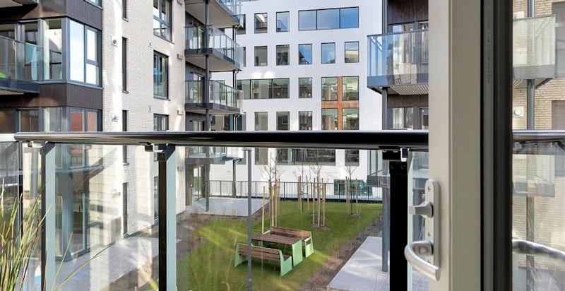 Utgang fra hovedsoverom til balkong på ca. 7 m²